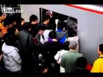 Video: pasajero no logra bajar del metro en China por increible caos en la salida - Noticias de china video