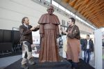 Artesanos elaboraron una estatua de chocolate a escala real del papa Francisco - Noticias de san francisco