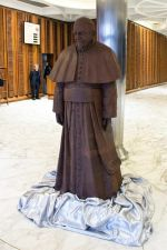 Artesanos elaboraron una estatua de chocolate a escala real del papa Francisco - Noticias de san pedro